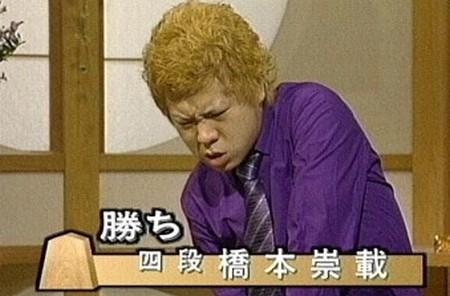今時、こんな紫シャツどこで売ってんだ?